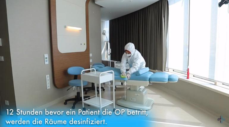 Personal del hospital llevando a cabo la limpieza de las salas de tratamiento con equipamiento protector