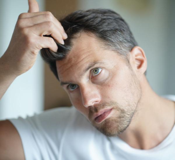 Nahaufnahme von Ärztin bei der Saphir Haartransplantation
