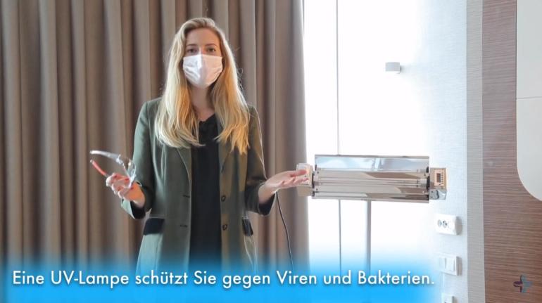 Selina junto a la lámpara desinfectante de las salas de operación