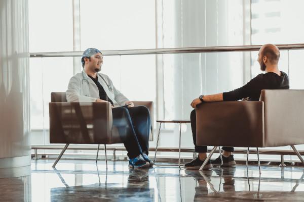 Dr. Balwi im Gespräch mit Patient für Haartransplantation in Wien