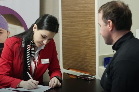 Un interprète aide un patient à remplir les documents nécessaires à une greffe de cheveux réussie