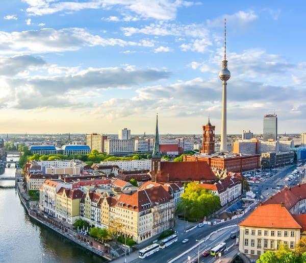 Berliner Innenstadt mit Fernsehturm, unweit der Beratungsstelle für Haartransplantation in Berlin