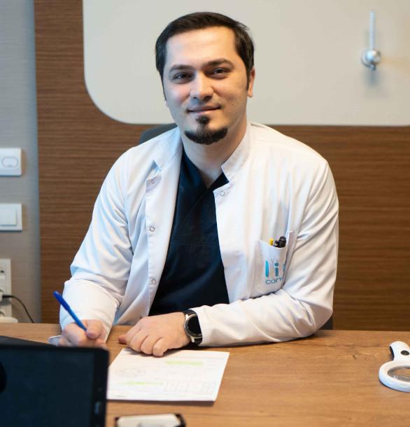 Le Dr Balwi à son bureau lisant le témoignage d'un patient content du résultat de sa greffe de cheveux