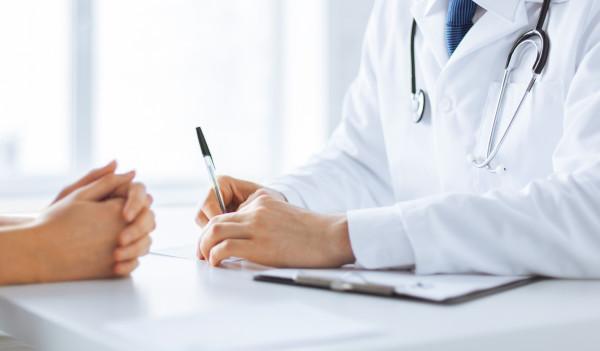 Arzt und Patient beim Beratungsgespräch zur Haartransplantation Finanzierung