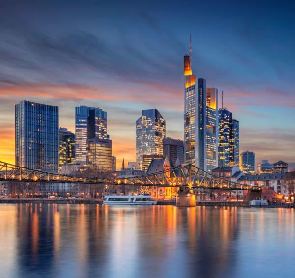 Skyline von Frankfurt im Sonnenuntergang