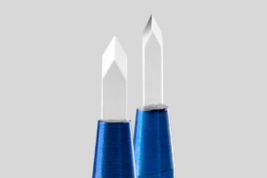 Zwei Saphirklingen und Stift vor einem grauen Hintergrund