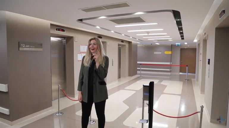 Selina robando el sistema de seguridad de uso de mascarilla en la clínica de injerto capilar de Elithair en Estambul.