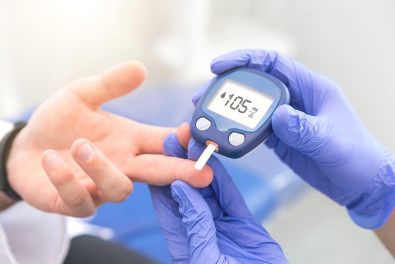 Blutzuckerspiegeltest zur Kontrolle ob Haartransplantation mit Diabetes möglich ist.
