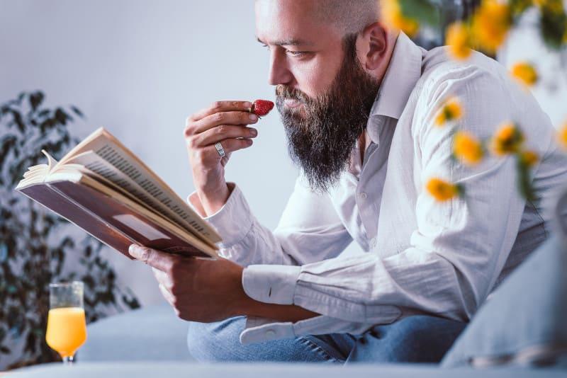 Mann entspannt mit Buch nach der Haartransplantation die ersten Tage.