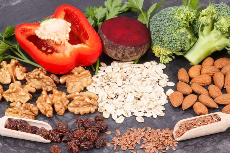 Platte mit Obst und Gemüse zur Unterstützung zum nach der Haartransplantation duschen