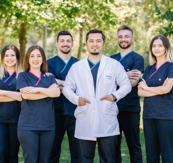 Dr. Balwi mit seinem Team von Elithair in Düsseldorf