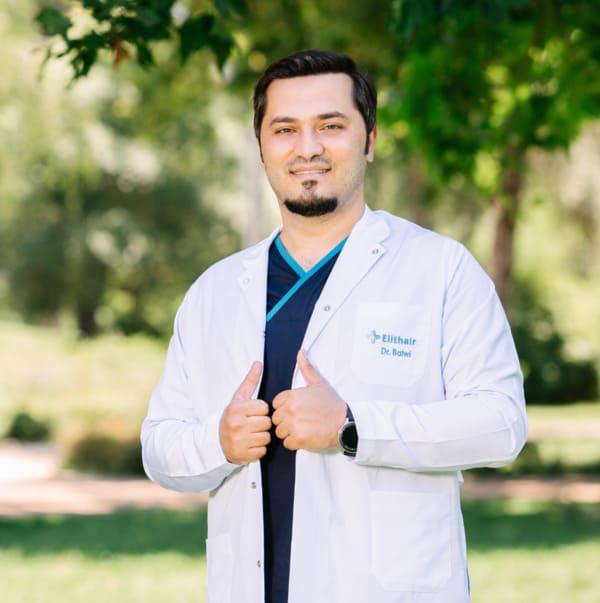 Portrait von Dr. Balwi draußen in Pose