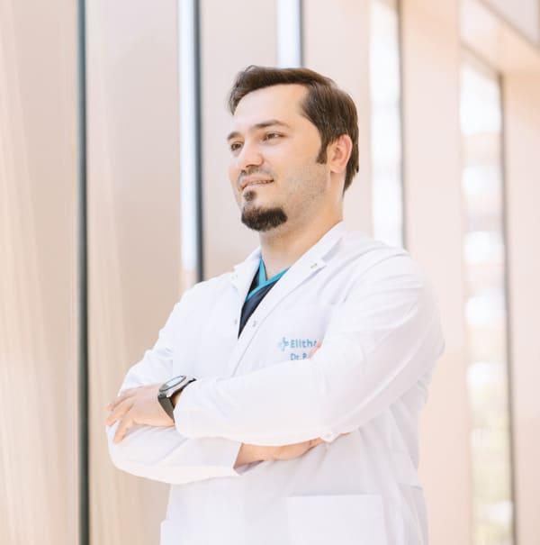 Dr. Balwi mit verschränkten Armen von der Seite