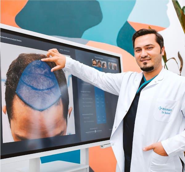 Dr. Balwi zeigt die Spenderfläche eines Patienten