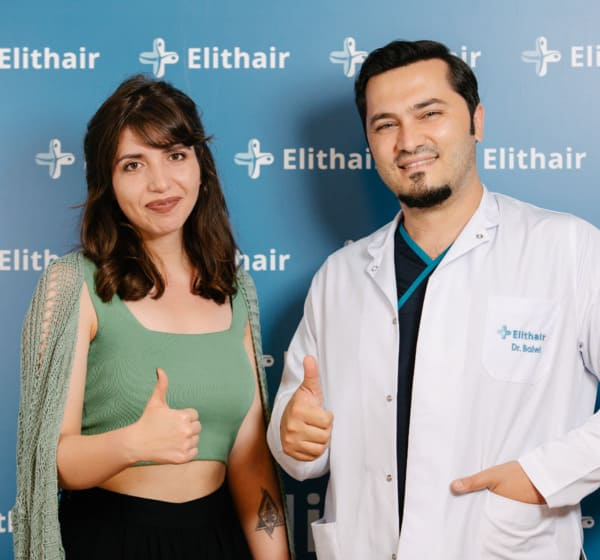 Dr. Balwi und eine zufriedene Patientin geben den Daumen hoch