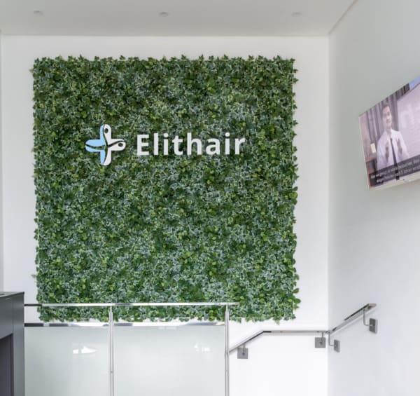 Aufgang bei Elithair in Berlin mit Wandbild