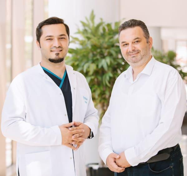 Dr. Balwi mit einem Patienten von Elithair