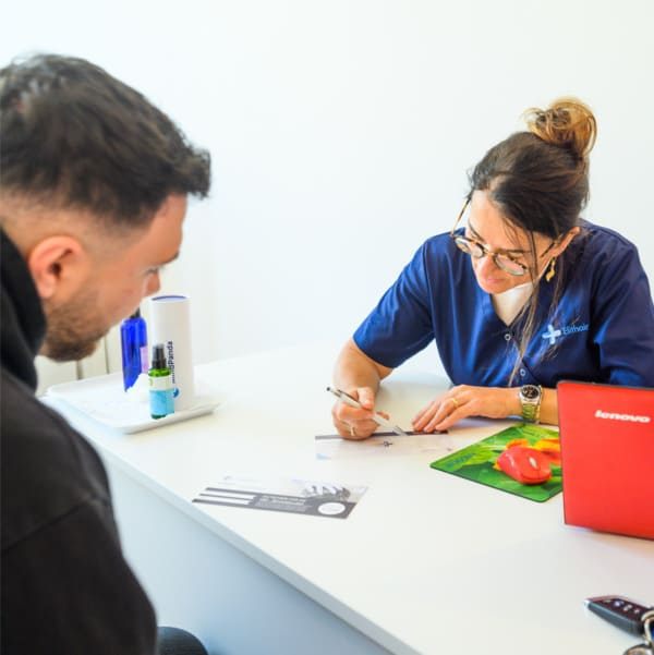Ein Patient wird bei Elithair in Stuttgart beraten