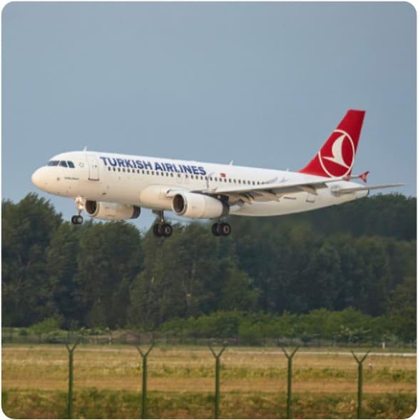 Turkish Airlines Flugzeug im Landeflug am Flughafen