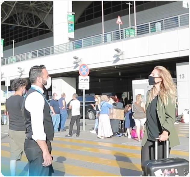 Junge Frau wird am Flughafen vom Fahrer für die Haartransplantation in der Türkei während Corona abgeholt