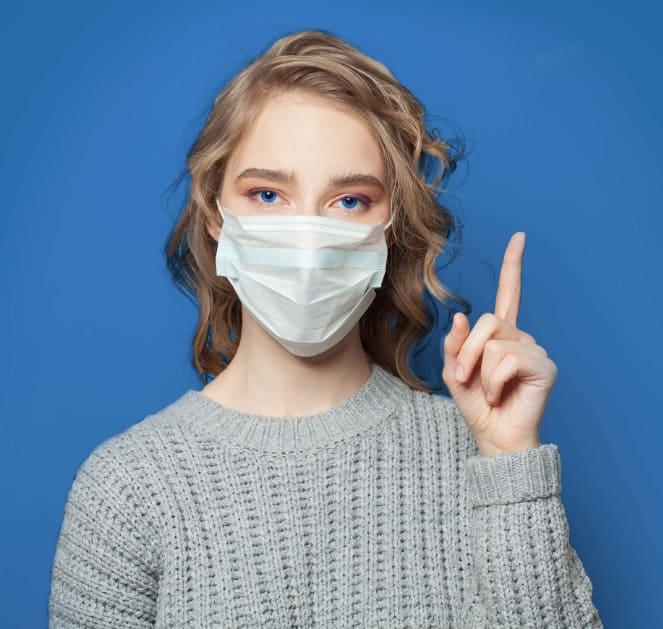 Junge Frau in der Elithairtransplant Klinik ohne Mundschutz