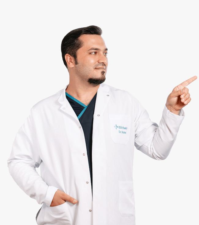 Dr. Balwi zeigt mit dem Finger zur Seite