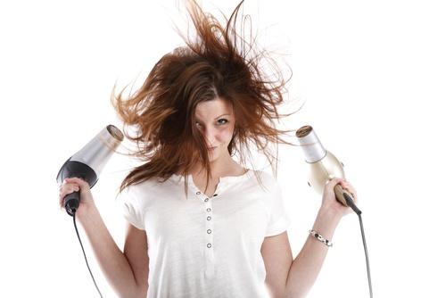Fehler beim Trocknen Ihrer Haare - Fön nähe halten