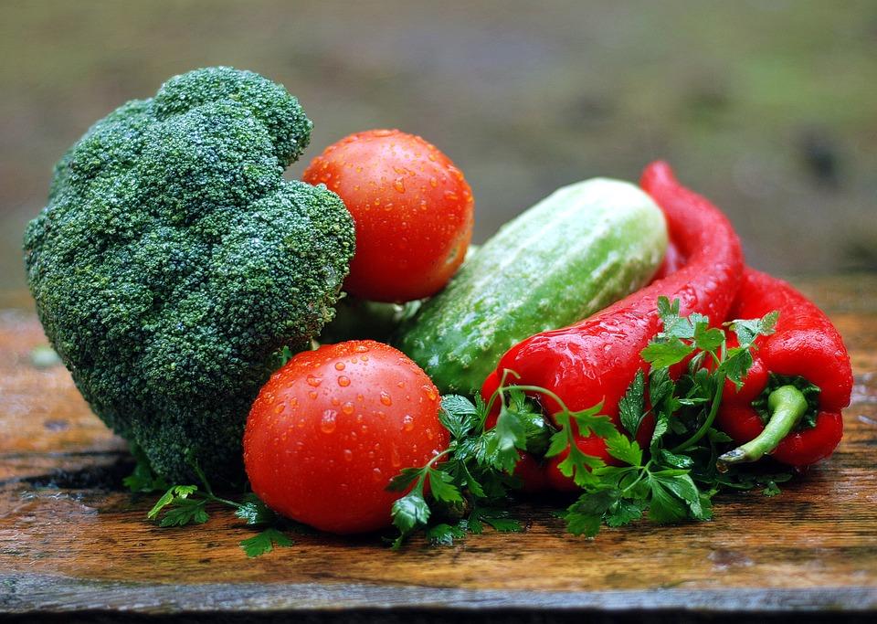 Holztisch mit Gemüse als Vorschlag für Ernährung bei Haarausfall