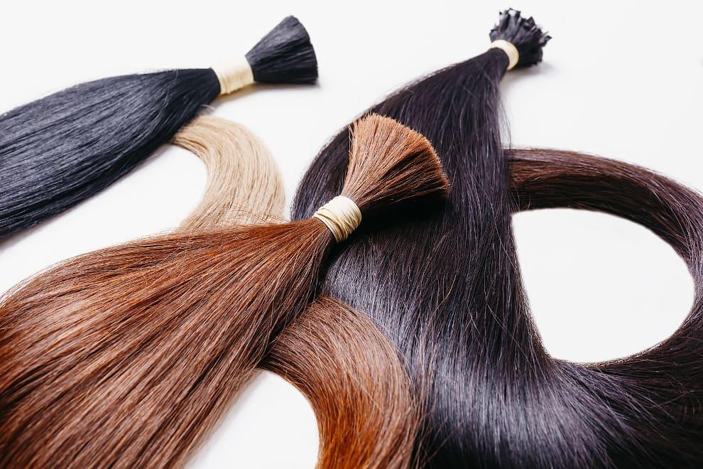 Drei verschiedene Bündel von künstlichen Haarverlängerungen