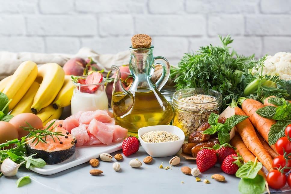 Eine Menge an nährstoffreichen Lebensmitteln auf einem Tisch
