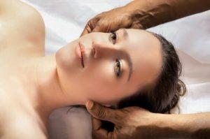 Kopfmassage gegen Haarausfall Frau