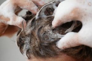 Kopfmassage gegen Haarausfall beim Haarwaschen