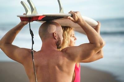 Haarverlust im Sommer Frau und Mann am Seestrand