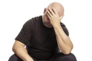 Haarausfall rückgangig - Gestresster Mann mit schwarzem T-Shirt