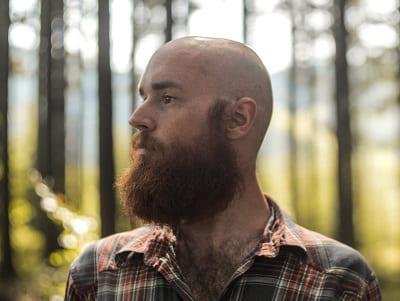 Haarausfall im Sommer ein kahler Mann mit Bart