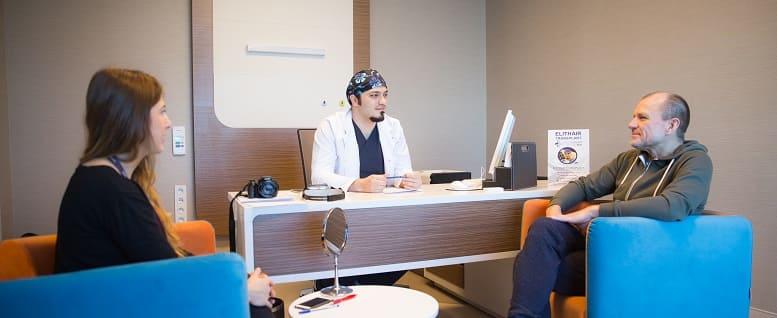 Fragen vor der Haartransplantation dr. Abdulaziz Balwi mit Patienten und Dolmetscherin