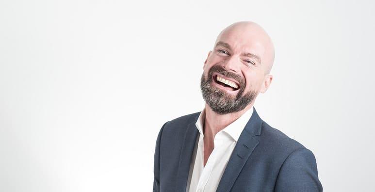 Glatzen Simulator - Glatzer, lachender Mann mit Anzug