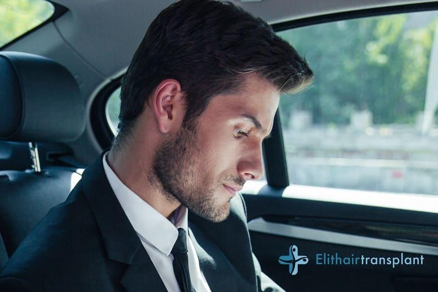 Haar-Mythen - Junge Mann sitzt im Auto