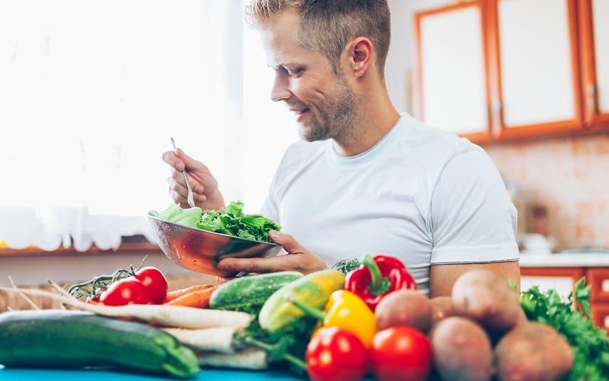 Haarausfall durch eine Diät - Junge Mann ist Obst