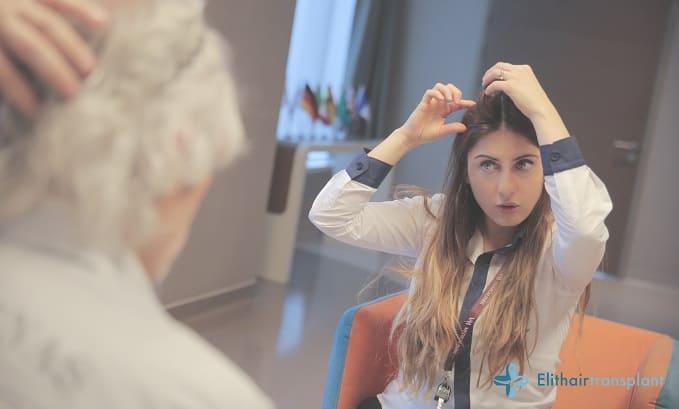 Haartransplantation Beratung in Frankfurt: Haarspezialistin erklärt dem Kunden