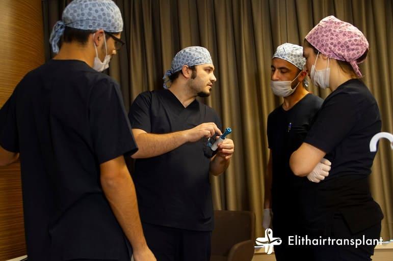 Haartransplantation unter Vollnarkose - Dr. Balwi erklärt seinem Team die Comfort-in-Methode
