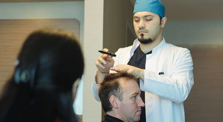 Duenne Schlaefenbehaarung - Dr. Balwi und Patient