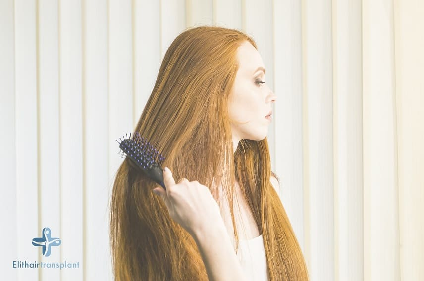 Geheimratsecken Frau - Junge Frau kämmt Haare