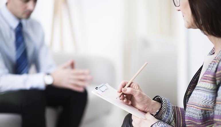 Haarausfall durch Depression - Mann bei Ärztin wegen Depression