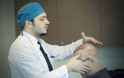 Haarwuchsmittel vs. Haartransplantation - Dr. Balwi untersucht nach der Haarverpflanzung