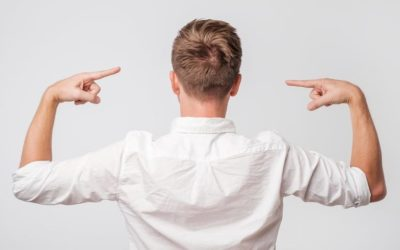 Rückenhaare Haartransplantation - Mann zeigt sein Spenderbereich
