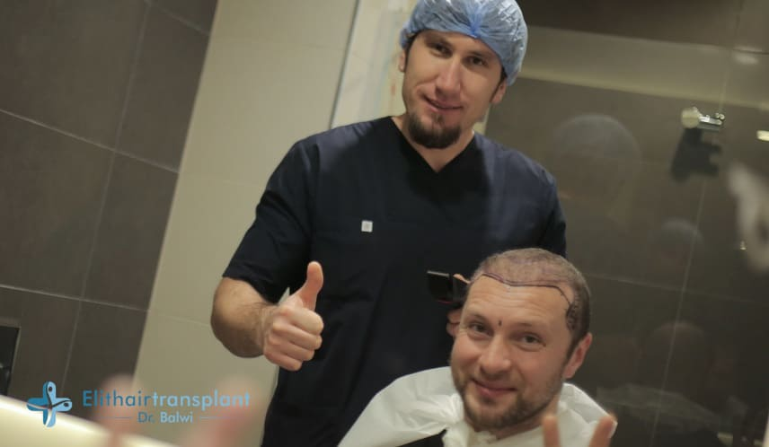 Gründe für den Haarausfall bei Maänner - Patient mit Arzt vor der Haartransplantation