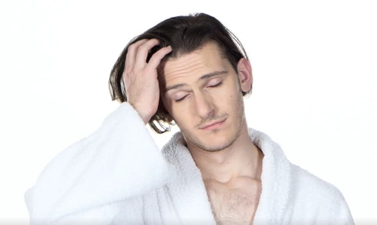 Ein gestresster Mann - Kopfhaut Pilz mit Haarausfall