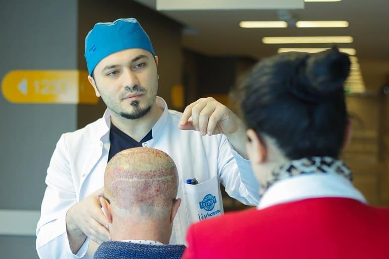 Dr. Balwi mit Haarausfall Patienten und Dolmetscherin