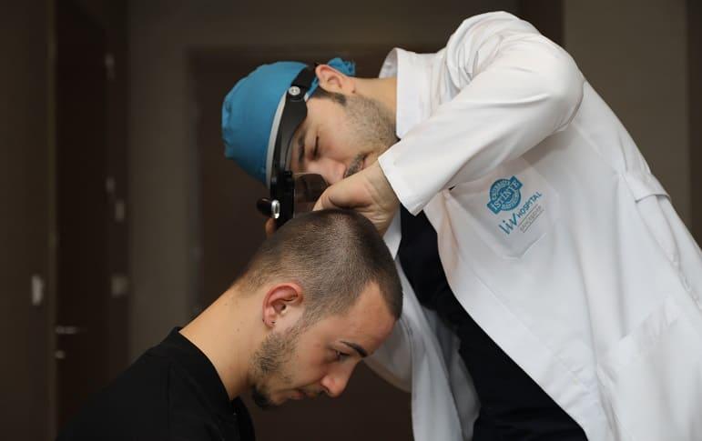 Dr.Balwi untersucht einen Patienten